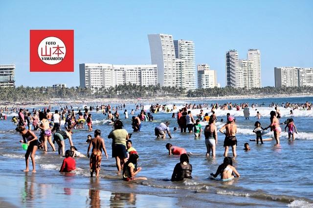 Autoridades son rebasadas por bañistas en zona Diamante de Acapulco.
