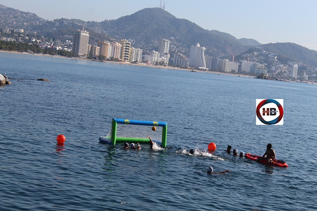 """Nadadores despiden 2020 con """"waterpolo beach"""" en Acapulco."""