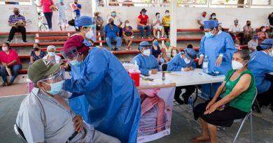 Brigadistas de la UAGro participan en vacunación contra Covid-19.
