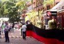 Cuelgan banderas rojinegras en dos hoteles de Acapulco.