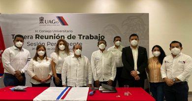 Rector entrega constancias a consejeros universitarios de la UAGRO.