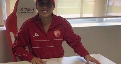 Futbolista acapulqueña firma con el club Necaxa femenil.